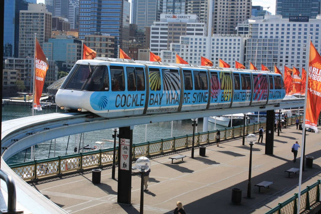 monorail sydney llegando a Darling Harbour Station