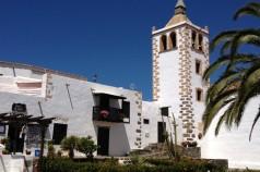 Edificios históricos en la plaza de Betancuria