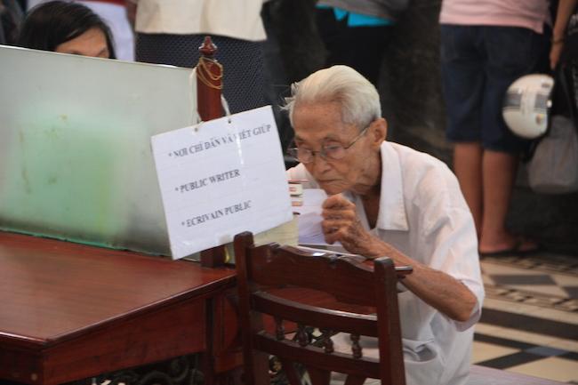 el señor Duong Van Ngo, amanuense
