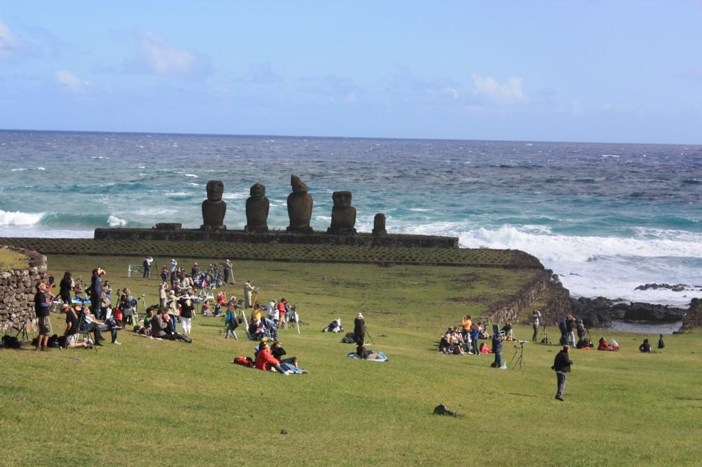 ambiente durante eclipse en isla de pascua, rapa nui