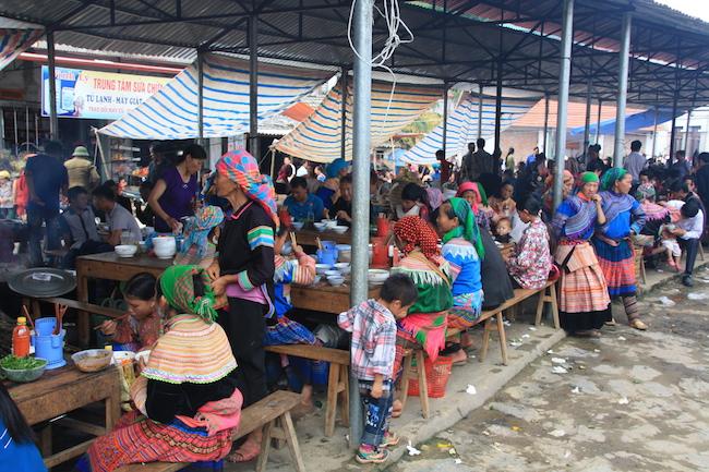 Puestos de comida en el mercado de Bac Ha