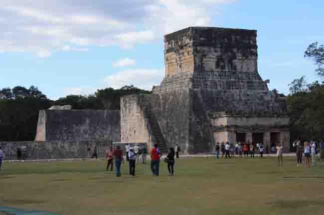 Hacía la cancha del juego de pelota en Chichén Itzá