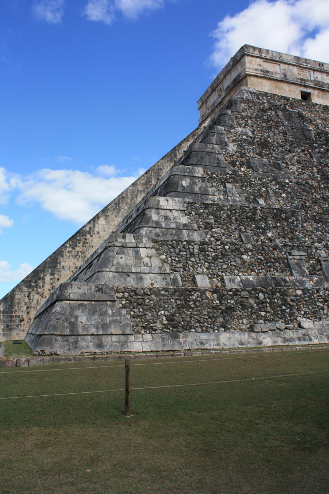 Pirámide de Chichen Itza: esta arista proyecta en el equinoccio una sombre sobre el muro de la escalinata que conforma la bajada a la tierra del Dios Tutulcan