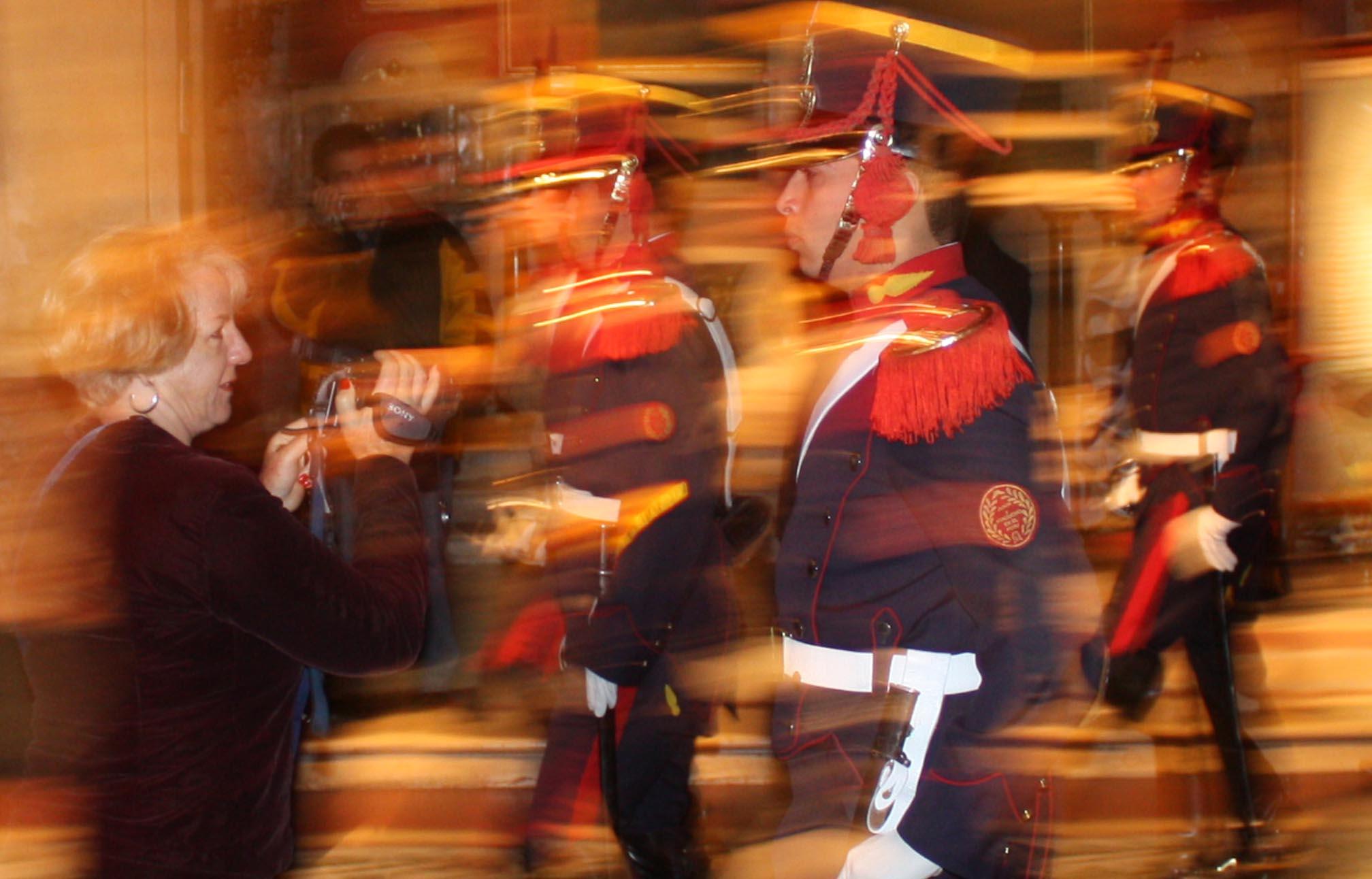 crónicas viajeras plaza de mayo soldados
