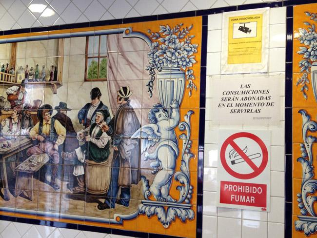Azulejos (y avisos) en un bar de La Latina