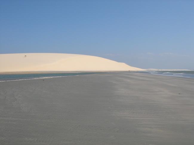 La gran duna Por do Sol al fondo de la playa de Jeri