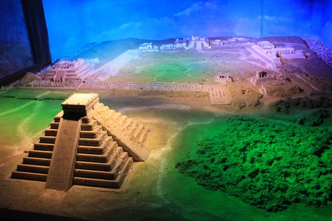 En Xcaret también podrás ver maquetas de los puntos arqueológicos más interesantes de México. Esta es la maqueta de Chichén Itzá