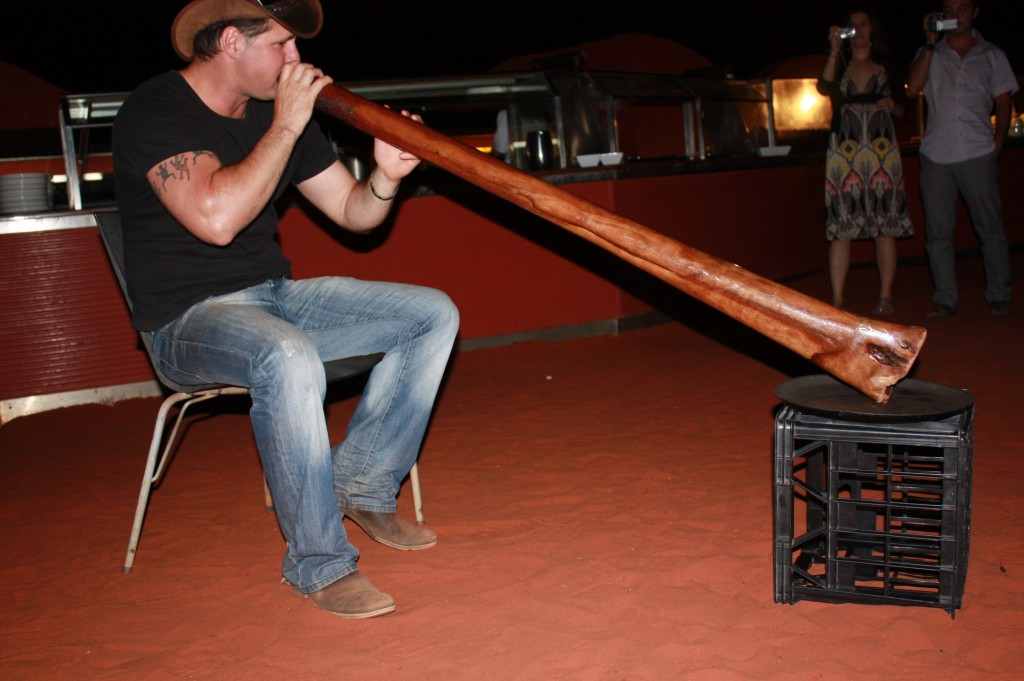 "tocando el didgeridoo en ""Sounds of silence"""