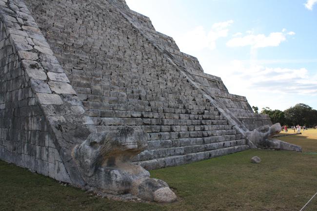 Pirámide de Chichen Itza: detalle de las cabezas de serpiente al pie de la escalinata