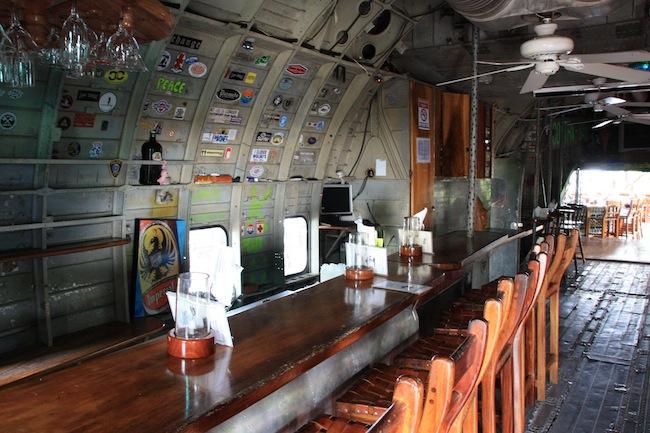 El interior del avión está habilitado como una barra de bar