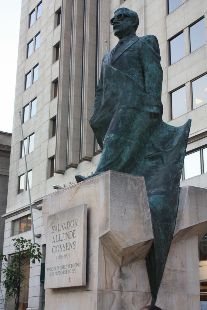 estatua Salvador Allende frente al Palacio de la Moneda