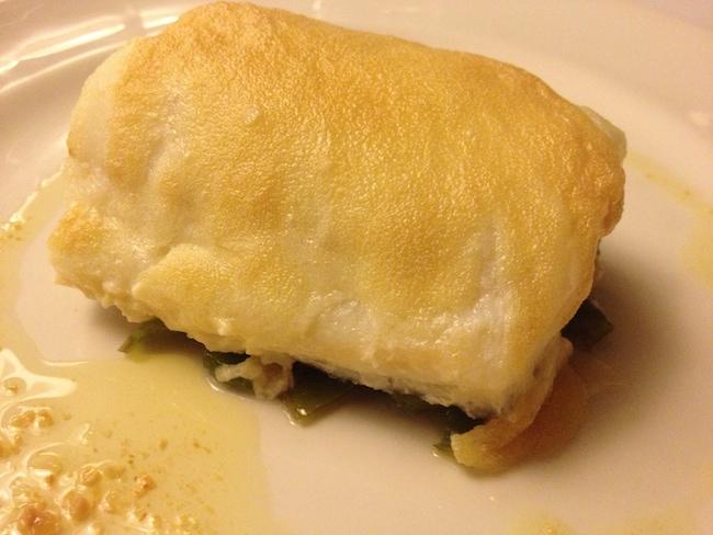 Bacalao con muselina de all i oli en el restaurante de La Fábrica de Solfa