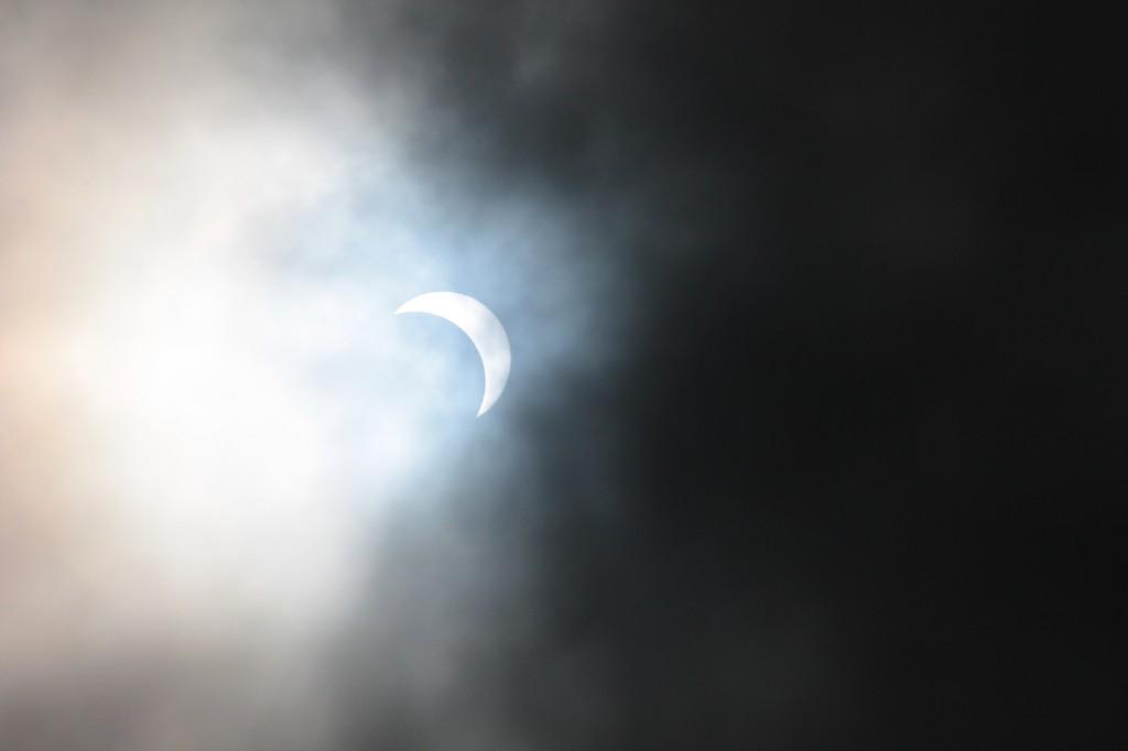 las nubes filtra el eclipse en rapa nui
