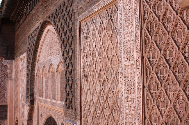 Detalle de los labrados muros del interior de la Madraza