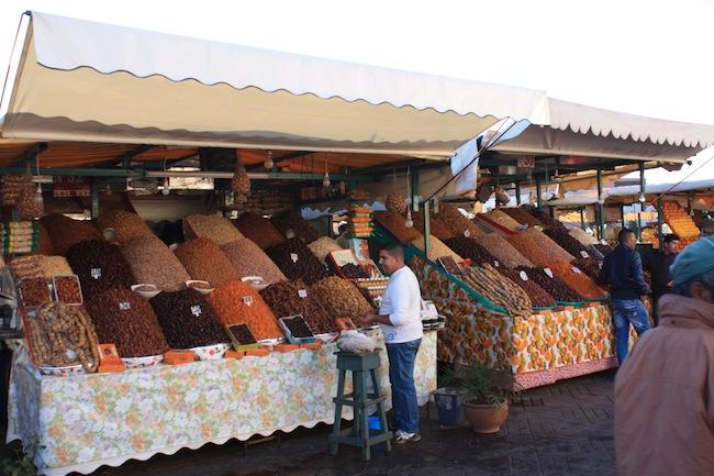 Marrakech: puestos de fruta seca en la plaza Jemma el-Fna