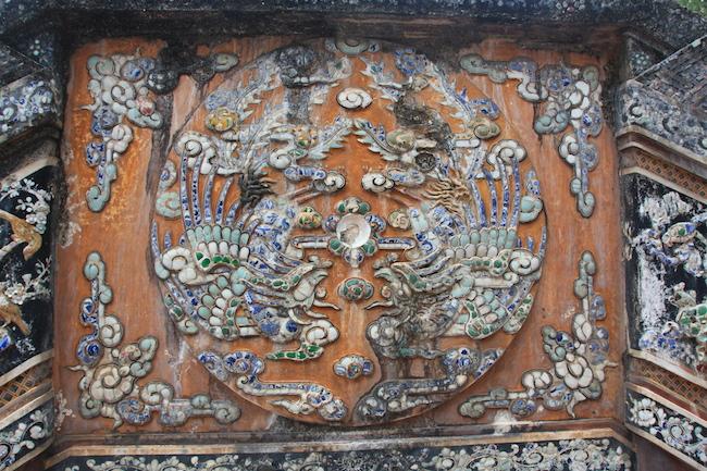 Los muros del recinto que guarda la tumba están decorados con fragmentos de porcelana que dibujan animales simbólicos, sobre todo dragones y tigres...