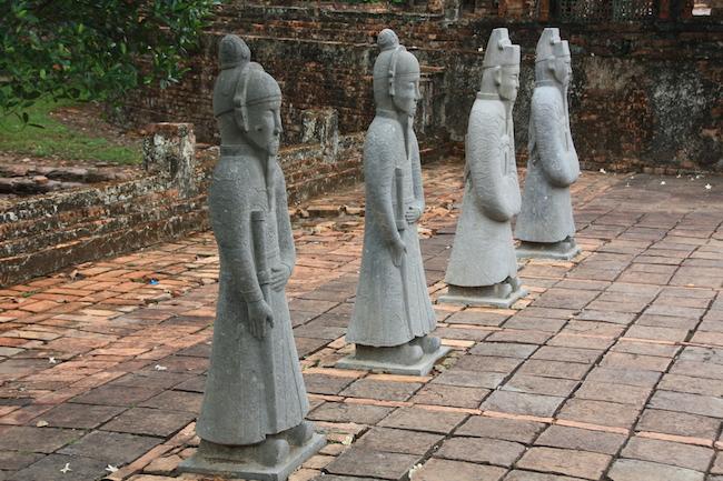 Estatuas de mandarines en uno de los patios del mausoleo...