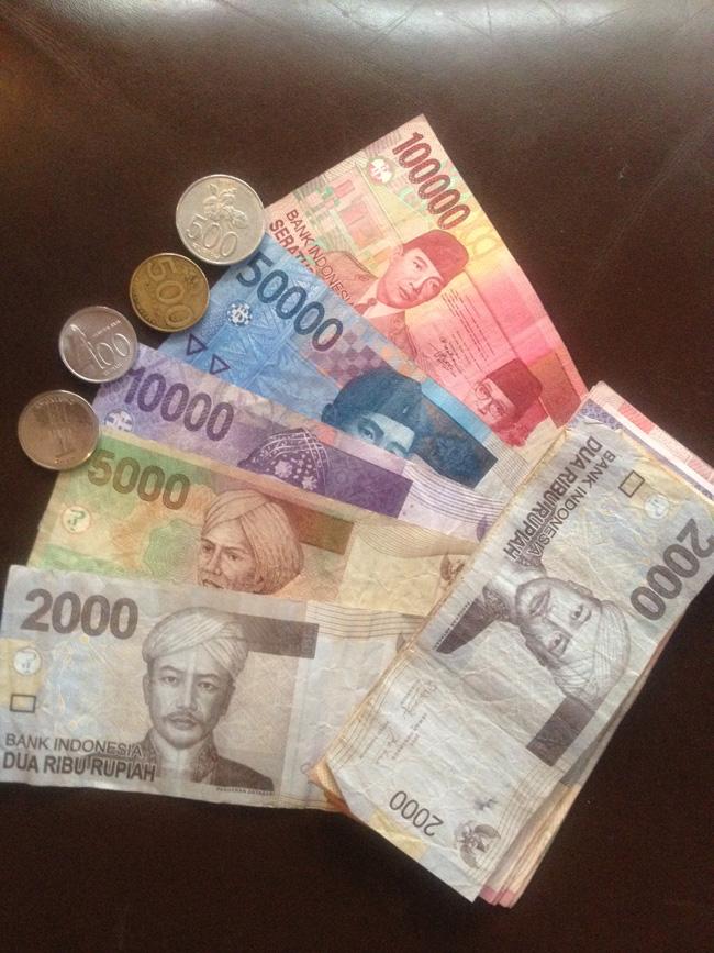 Diferentes billetes y monedas de indonesia
