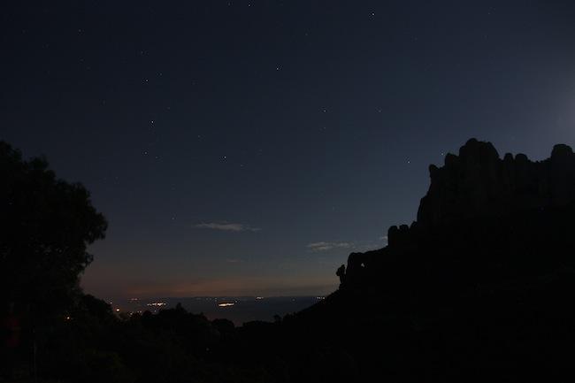 Las estrellas y el brillo de la luna prevalecen frente a las lunes de los pueblos cercanos a Montserrat