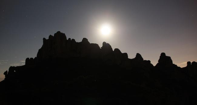 La luna remonta tras las puntas de Montserrat y nos regala este contraluz