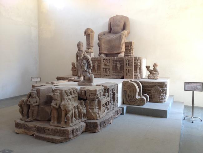 Estatua de Buda, lamentablemente decapitada, en el museo de escultura Cham de Danang