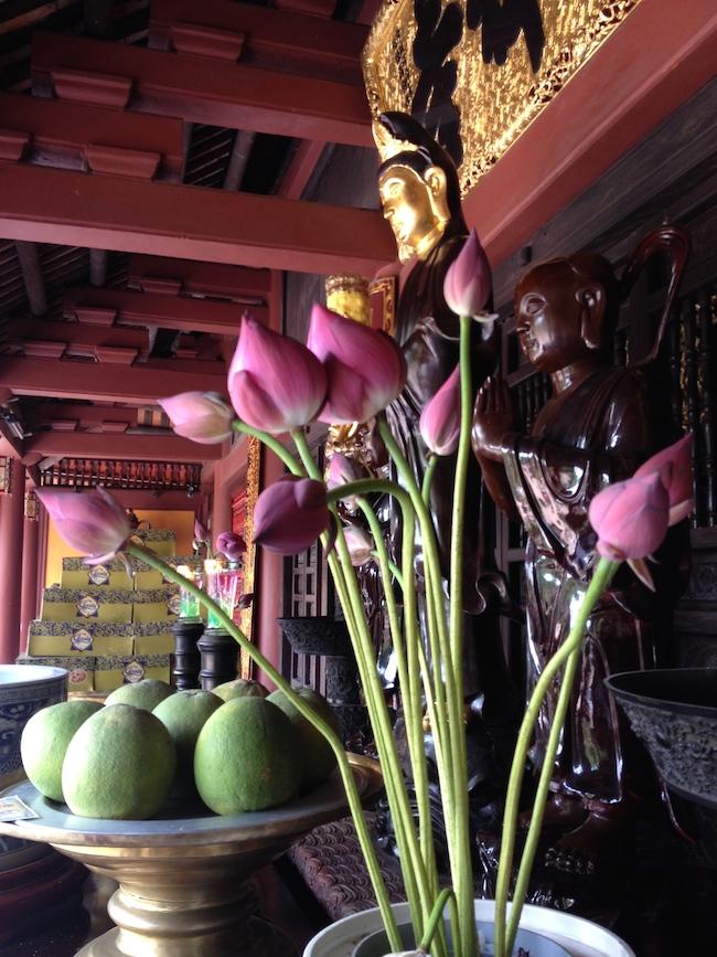 En la entrada de la pagoda Thien Tru también vemos flores de loto...