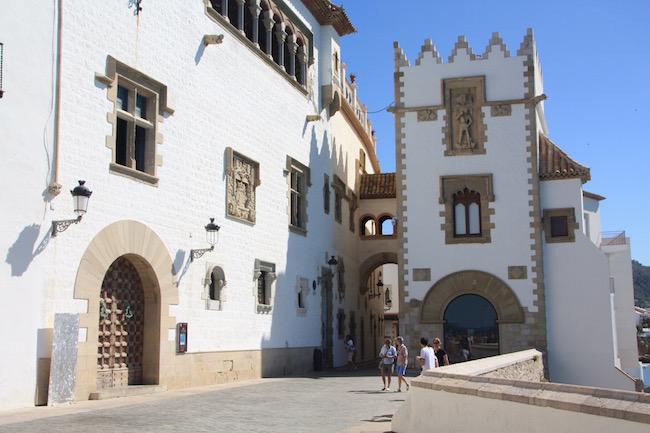 A laa izquierda, el Palau Maricel. En frente, bajo la torre,  el salón de El Mirador del Museu Maricel