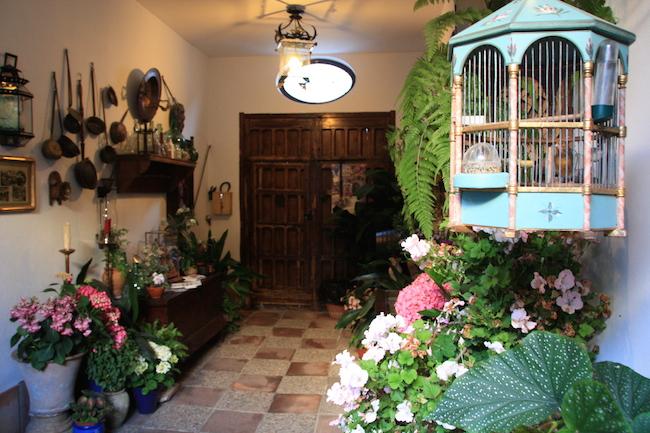 El Zaguán cristiano si permite ver el patio del interior desde la calle, al contrario del zaguán musulmán. En este caso, el propietario colecciona interesantes piezas relacionadas con la historia de los patios.