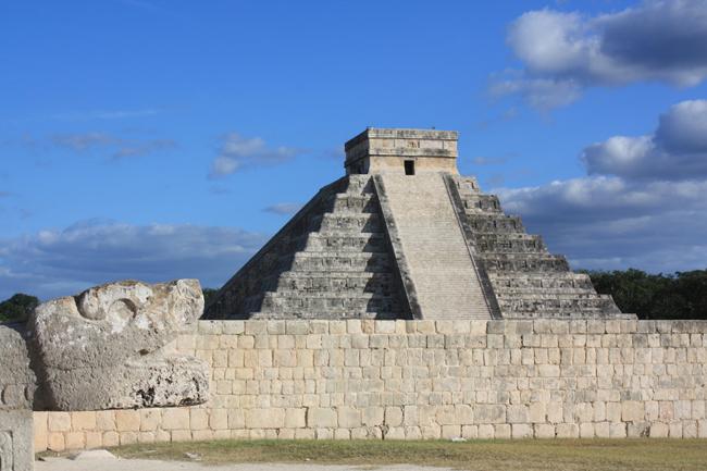 Pirámide de Chichen Itzá vista desde la cancha de juego de pelota