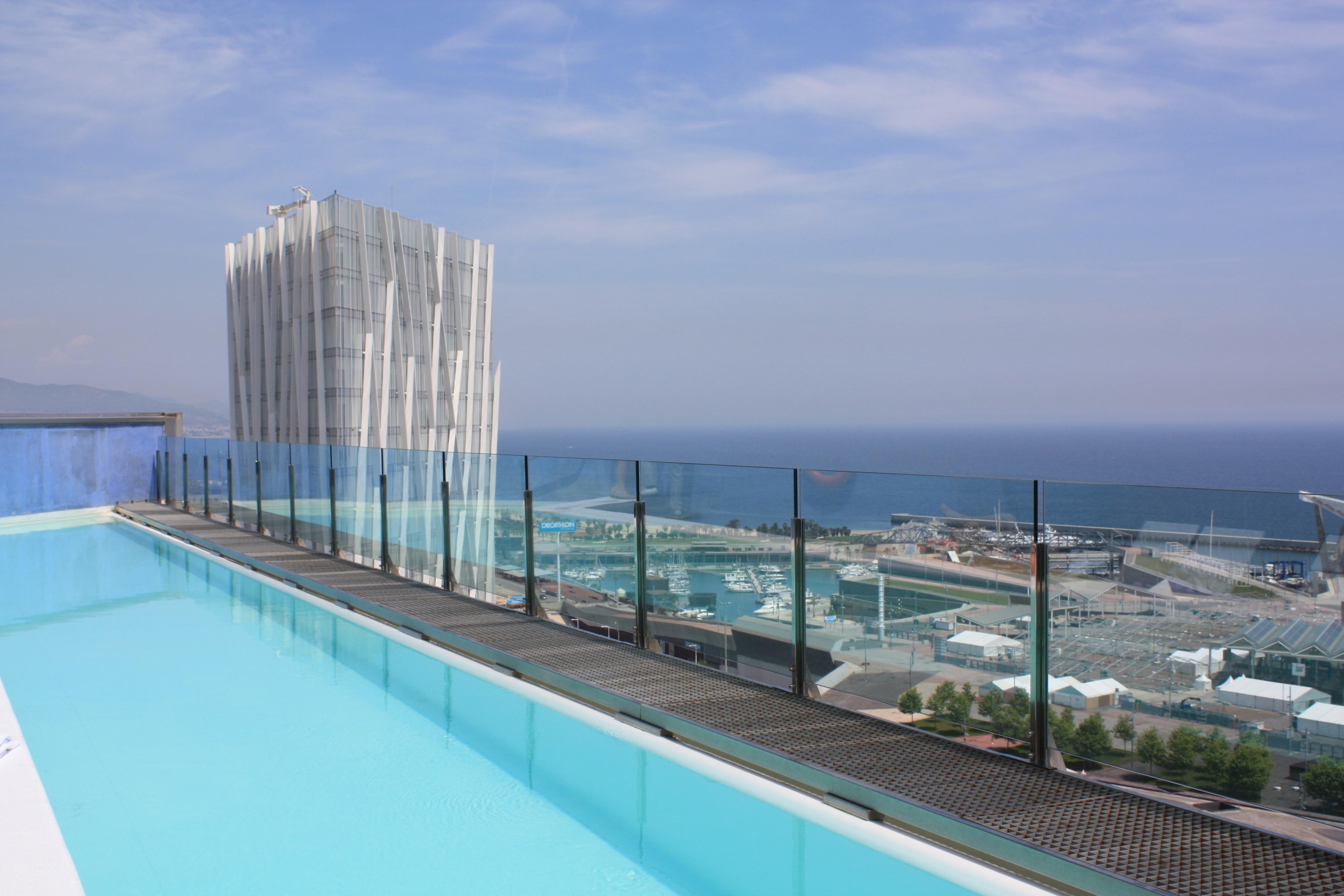 Vistas de barcelona desde el hotel bcn princess cr nicas for Piscinas nudistas barcelona