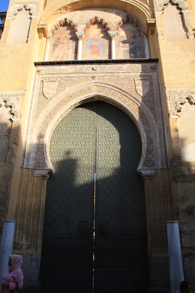 Una de las puertas de la Mezquita al atardecer...