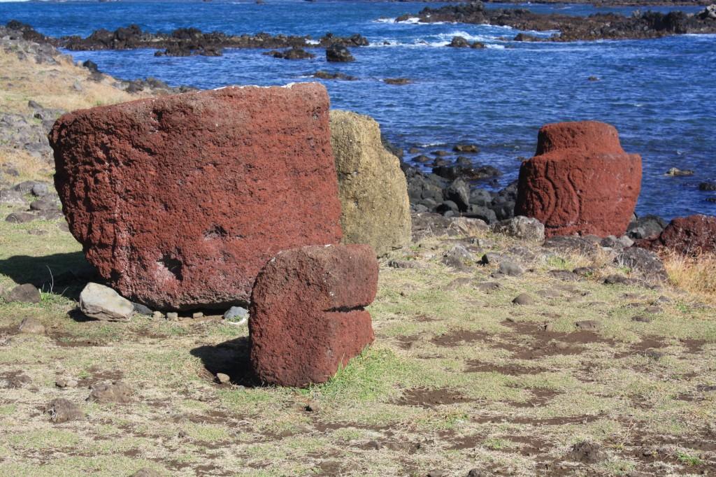 pukao de ahu vaihu casi en el mar al caer de un moai tumbado