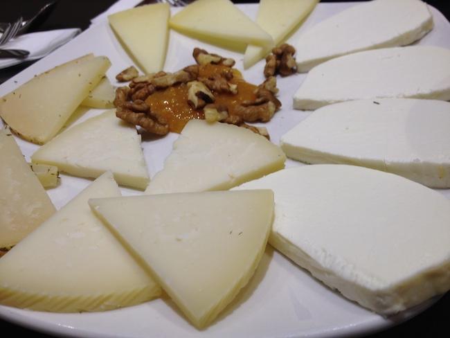 Tabla de quesos cordobeses con nueces y mermelada de Mandarina...
