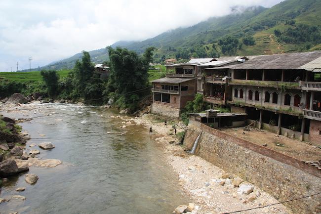 El río Muong Hoa discurre en este valle cercano a Sapa