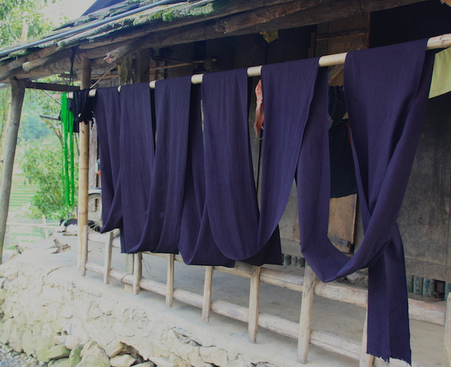 Tejidos de algodón ya tintados secándose