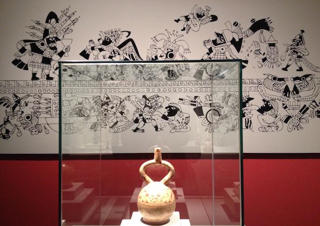 En la exposición puedes ver ampliados en murales los motivos de las vasijas: esta relata el sacrificio de sangre de los guerreros