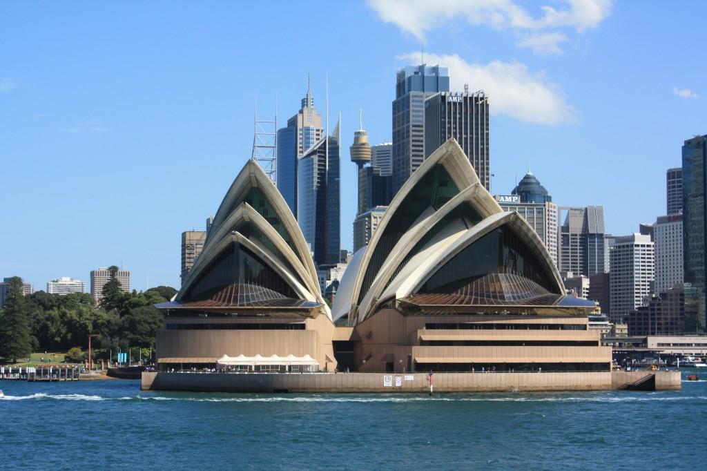sydney opera house con cbd al fondo