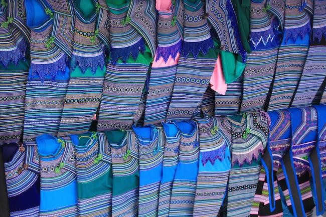 El azul predomina en las ropas de los Hmong Tao. Estos estaban a la venta en l mercado de Bac Ha