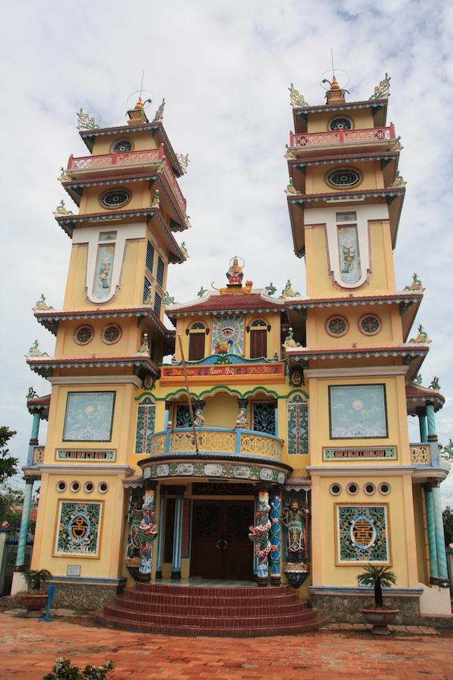 Las fachas de los templos Cao Dai son todas muy parecidas e igualmente abigarradas