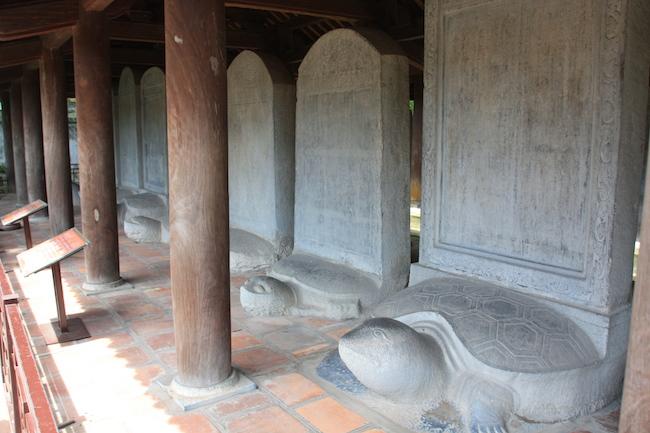 templo_literatura_hanoi_estelas