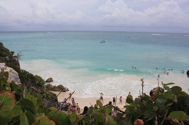 Playa bajo el yacimiento arqueológico de Tulum