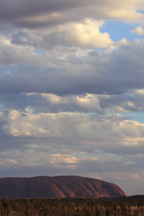 uluru-y-nubes-pequena cronica viajera