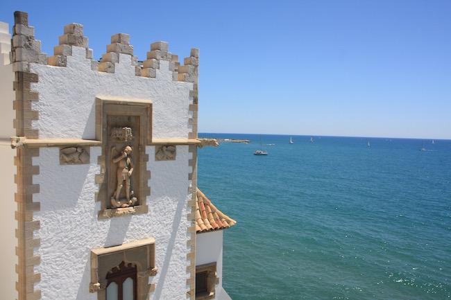 El Museu Maricel visto desde el palau, con el mar al fondo...