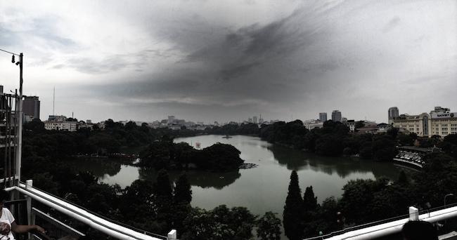 Panorámica del lago desde una de las terrazas en una tarde tormentosa