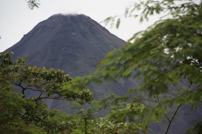 El Volcán Arenal de Costa Rica emerge de entre la niebla