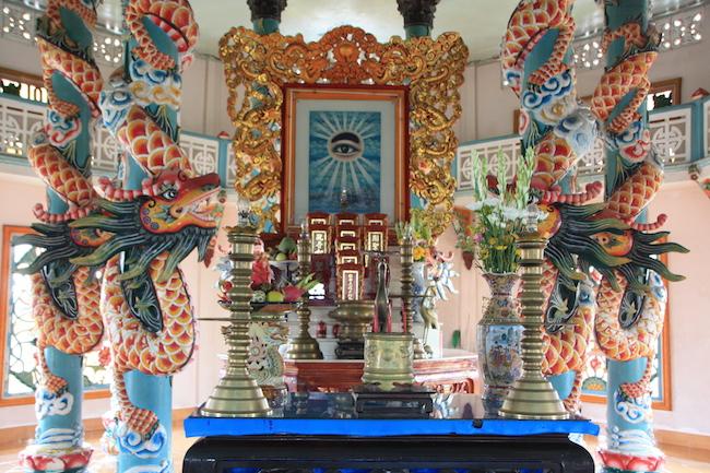 El ojo del Dios Supremo es el centro de un altar lleno de símbolos de varias religiones y siempre rodeado de coloridos dragones