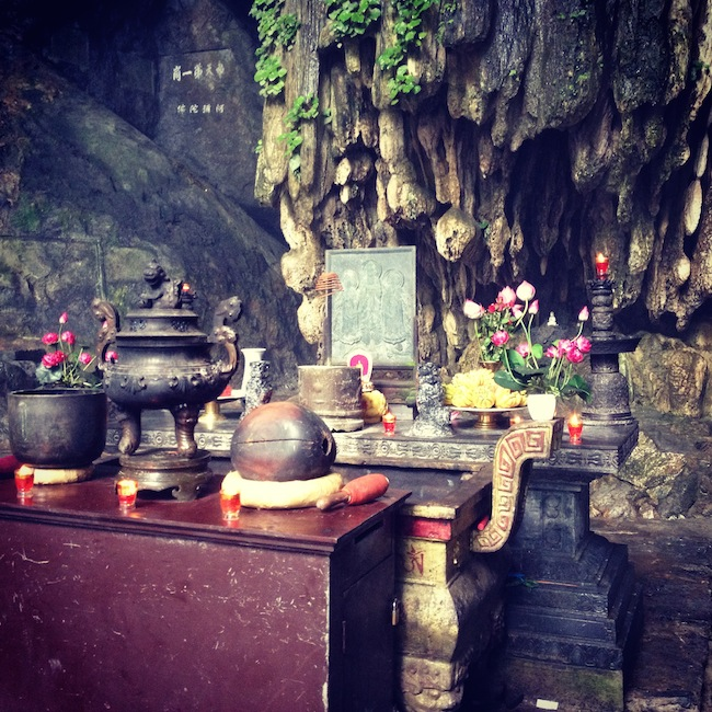 Este altar da la bienvenida a la Pagoda del Perfume