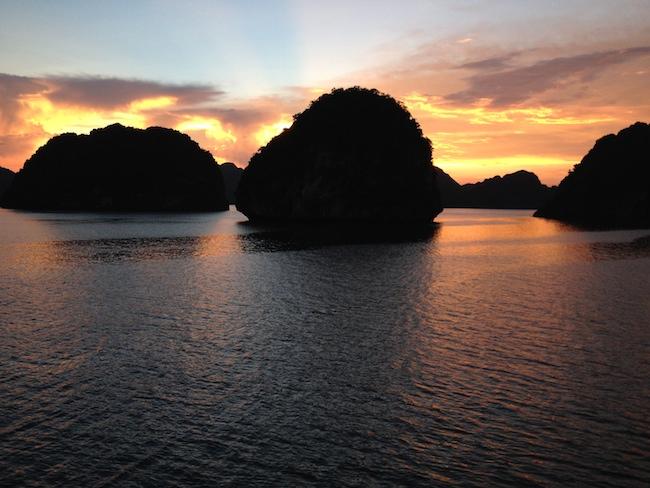 Anochece en Halong Bay