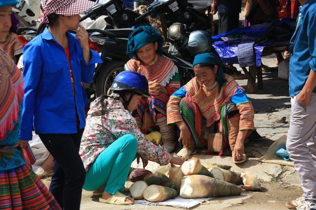 Mujeres Hmong Flor vendiendo tallos tiernos de bambú en Bac Ha