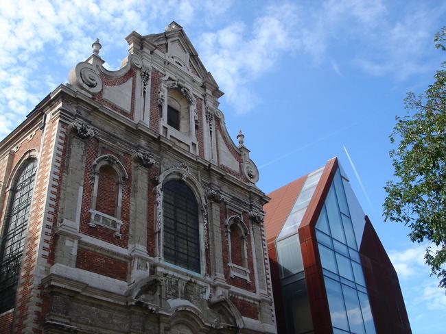 El contraste arquitectónico en Bruselas es constante: un antiguo convento y un edifico gemelo moderno forman ahora una escuela de danza